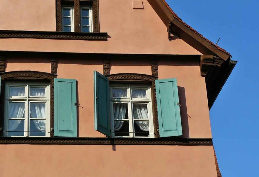 Fenster in mittelalterlichem Haus mit grünen Fensterläden