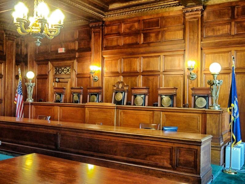 amerikanischer Gerichtssaal, holzgetäfelt, 7 Richterstühle, Jugendstillampen, links die amerikanische Fahne