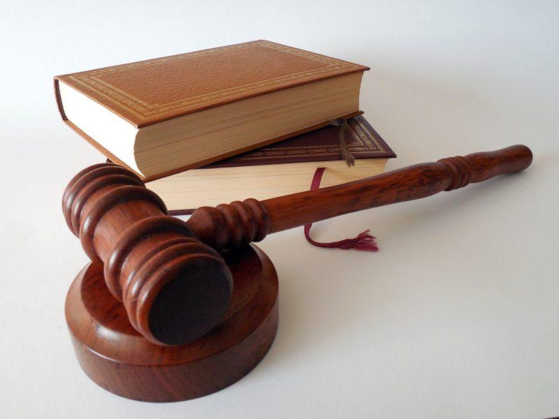Richterhammer und Gesetzbücher auf dem Richtertisch