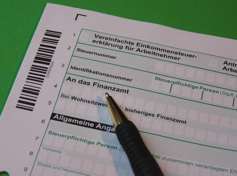 Einkommensteuererklärung Formular mit Kugelschreiber