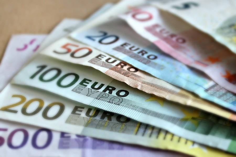 Euroscheine lila 500 gelb 200 grün 100 orange 50 blau 20 rot 10 und hellgrün 5 Euro, aufgefächert
