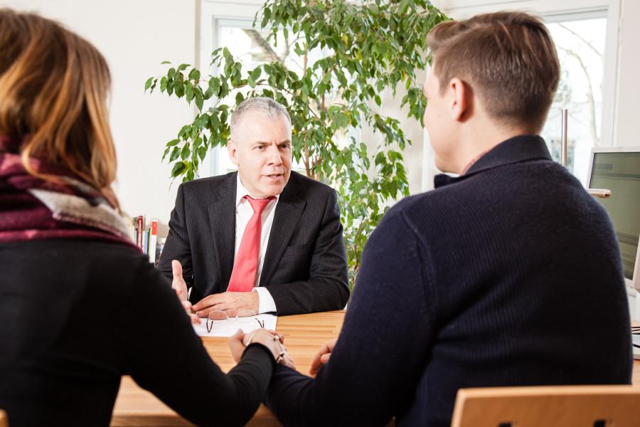 Anwalt sitzt Eheleuten gegenüber