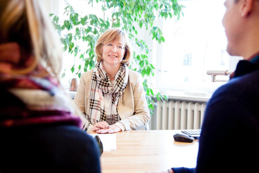 Rechtsanwältin Betina Neugebauer in der Beratung mit zwei Mandanten