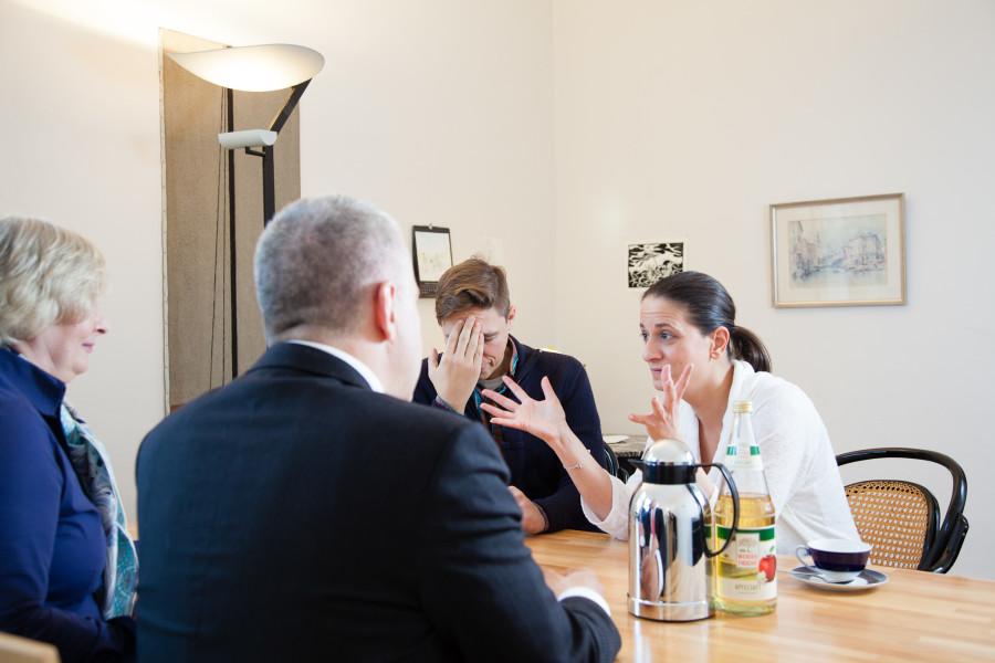 Streitendes Ehepaar in der Mediation mit zwei Mediatoren