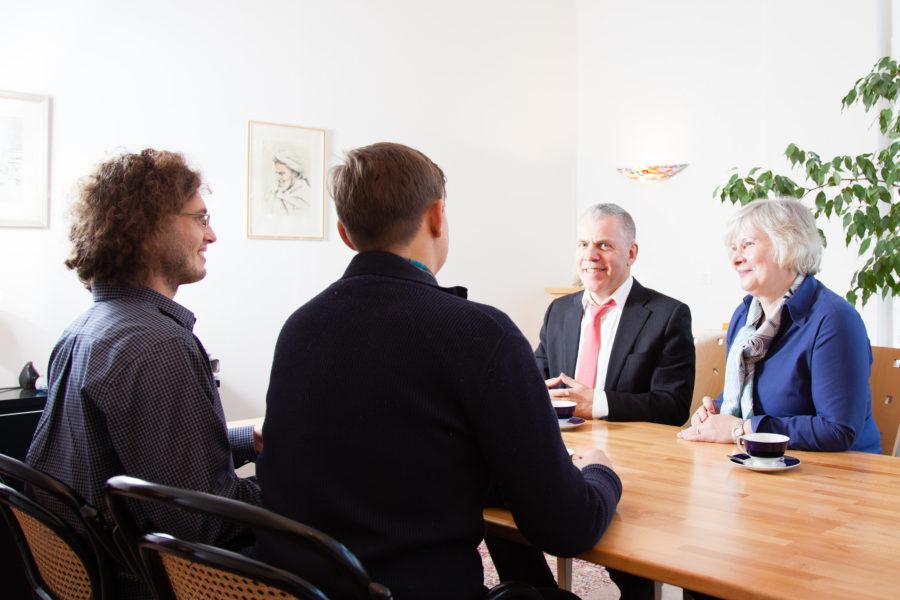 Mediation zwei Männer mit dem Rücken bzw. Halbprofil zum Betrachter, gegenüber Rechtsanwalt Norbert Maes und Rechtsanwältin Gisela Lindemann-Hinz