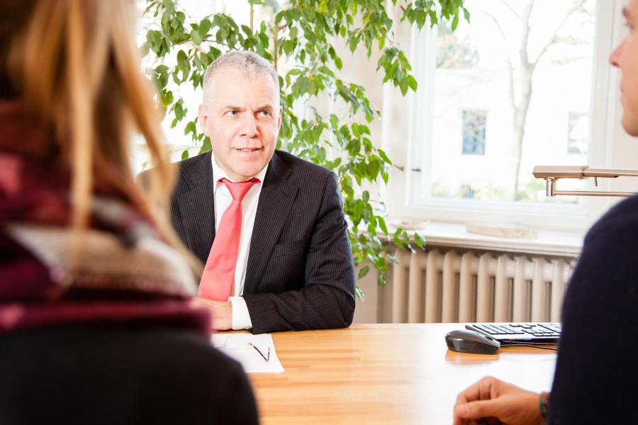 Anwalt im Mandantengespräch am Schreibtisch