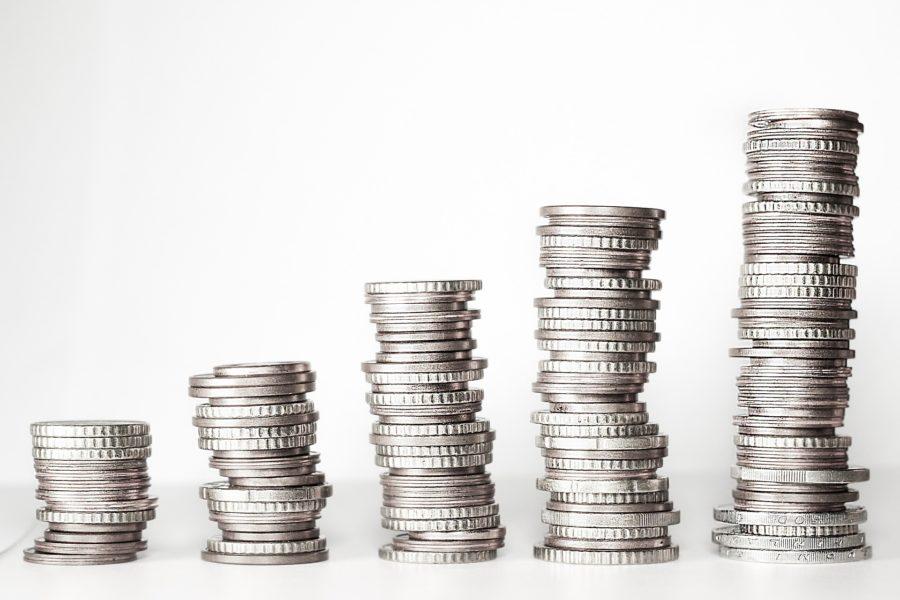 Silbergeld zu fünf Münzentürmen gestapelt, von links nach rechts aufsteigend.