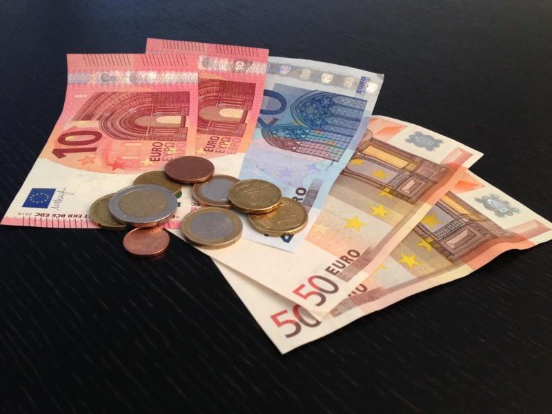 Euroscheine und Münzen auf einem schwarzen Tisch. 50iger, 20iger, 10ner. 2 Euro, 1 Euro, 20 cent, 10 Cent, 2 Cent 1 Cent
