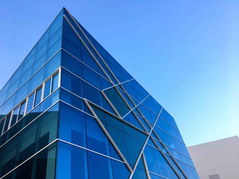Blaues Firmengebäude vor Blauem Himmel