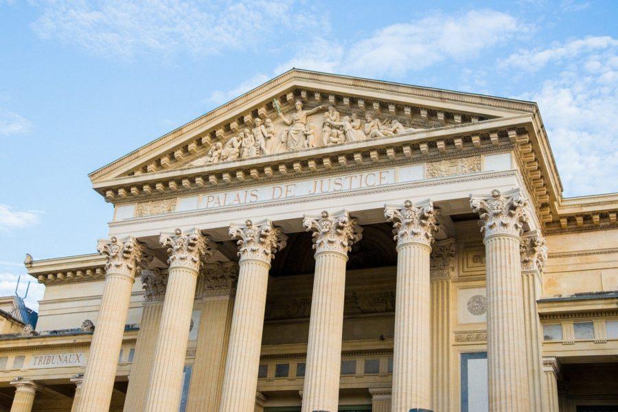 Klassizistisches Portal des Justizpalastes in Nimes