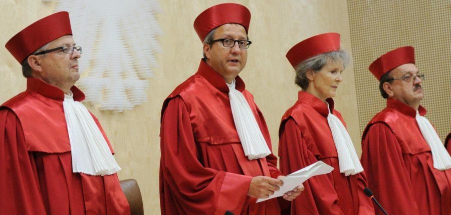 Vier Richter in roten Roben