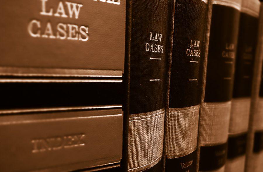 Dicke ledergebundene englische Gesetzesbücher mit Goldschrift