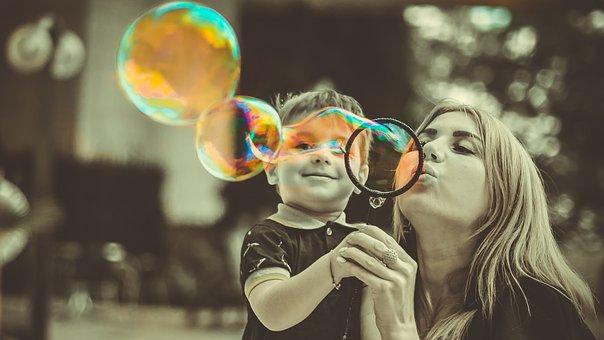 Mutter und Sohn beim Seifenblasen